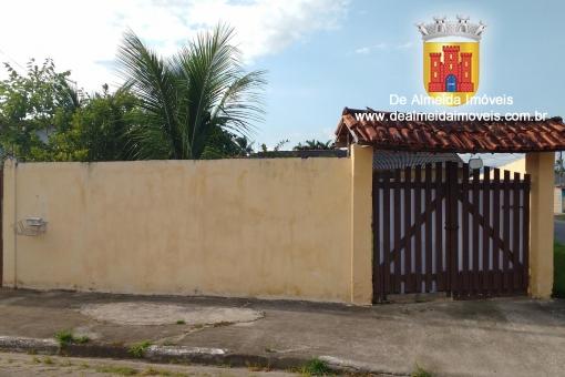 Casa independente com duas suítes e quintal amplo